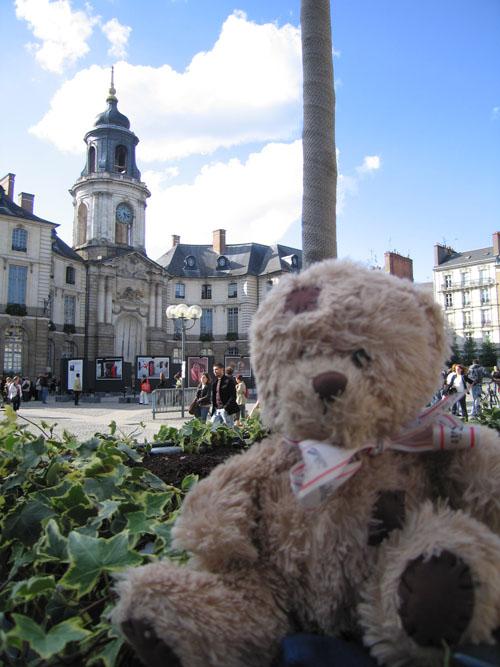 Friedrich sur la place de la mairie
