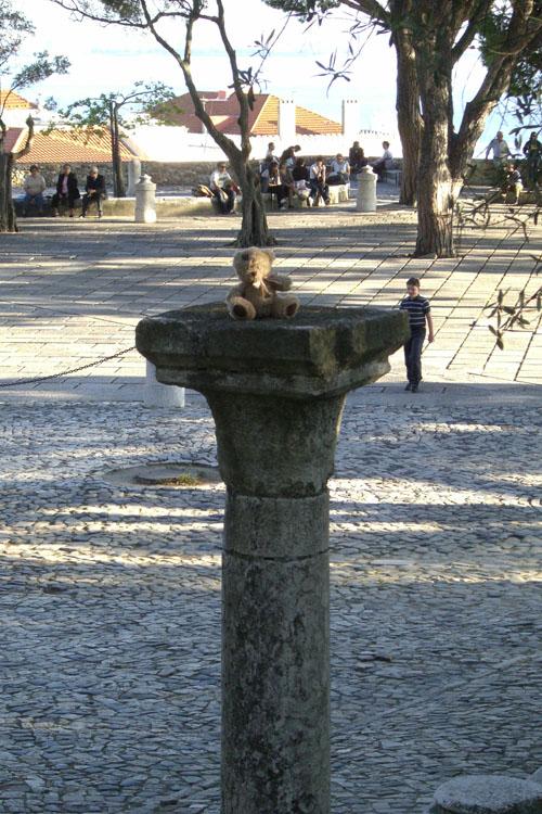 friedrich grimpe sur une colonne